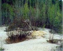 General view of a part of the Discovery Claim (Claim 37903) National Historic Site of Canada, showing an interpretive device, 1998.; Agence Parcs Canada/Parks Canada Agency, John Gould, 1998.