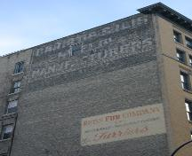Les enseignes peintes sur le mur de l'immeuble Bedford, Winnipeg, 2006; Historic Resources Branch, Manitoba Culture, Heritage, Tourism and Sport, 2006