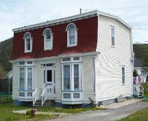 View of the front and right facades of the Gorman/Hynes House, Harbour Breton, NL.; Doug Wells 2009