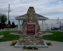 View of the Historic Sites and Monuments Board of Canada plaque for Fort Macleod.; Parks Canada Agency / Agence Parcs Canada.