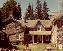 View of the main entrance to Thistle Ha' Farm, showing the house with the central entry door with side lights and transom, 1991.; Agence Parcs Canada / Parks Canada Agency, 1991.