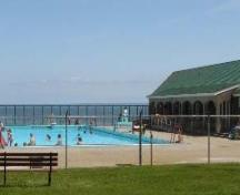 View of the Saltwater Pool and Bathhouse, showing its unobstructed view of the Bay of Fundy.; Parks Canada Agency / Agence Parcs Canada.