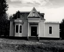 Façade of St. Andrew's Manse, showing the pediment-like gable of the front porch, 1987.; Parks Canada Agency / Agence Parcs Canada, 1987.