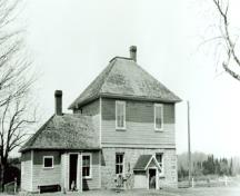 View of the rear façade of the Defensible Lockmaster's House, showing the exterior walls, the thick ground-floor walls constructed of limestone masonry, 1930.; Parks Canada Agency / Agence Parcs Canada, 1930.