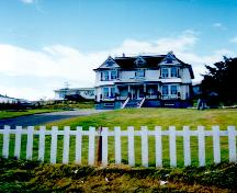 View of the front facade of Sunny Cottage, Harbour Breton, NL.; © HFNL 2004