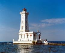 General view of Point Abino Light Tower, showing its location at the north-eastern end of Lake Erie.; Parks Canada Agency / Agence Parcs Canada.