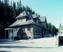 General view of the Upper Hot Springs Bath House showing the its rustic character created by the use of materials which are natural in color and rough in texture and includes, irregularly coursed split-faced limestone walls, wood shakes on the roof, expos; Agence Parcs Canada / Parks Canada Agency, P. Sawyer, 1994.